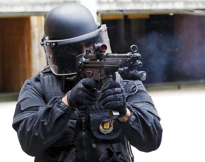 Imagen de un 'mosso' en un entrenamiento oficial en la...