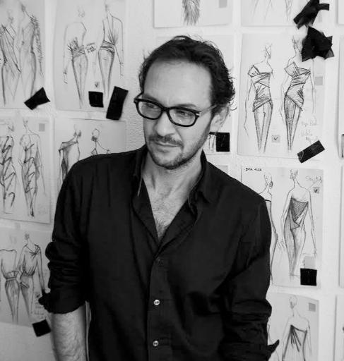 El diseñador Ulises Mérida posa en su atelier rodeado de bocetos.