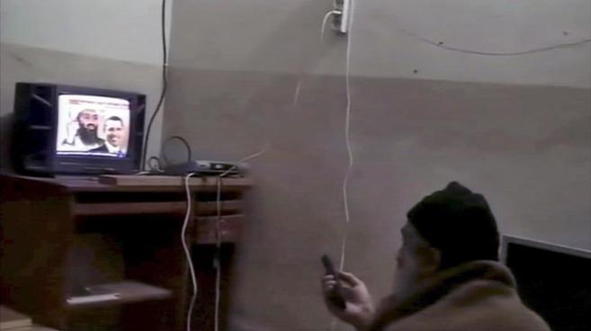 Imagen de un vídeo en el que se ve al líder de Al Qaeda en su...