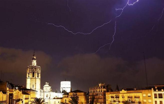 Un rayo cae junto al Miguelete de Valencia.