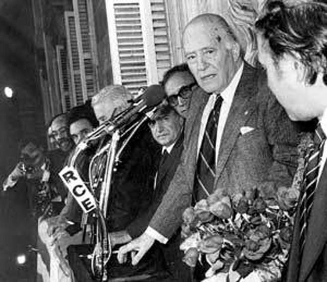 Josep Tarradellas en el balcón de la Generalitat, después de 38...