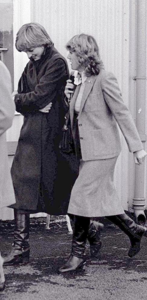 Diana de Gales y Camila Parker Bowles, fotografiadas en 1980.