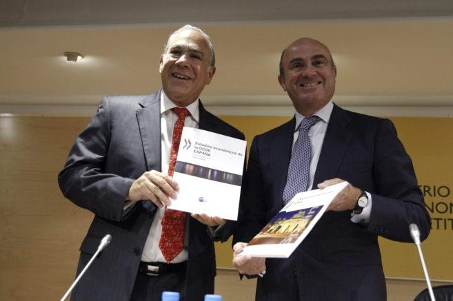 El secretario general de la OCDE, José Ángel Gurría y el ministro...