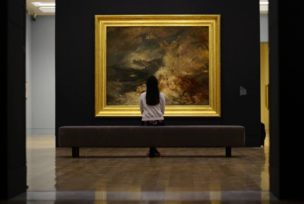 Una visitante en la galería Tate de Londres ante uno de los cuadros...