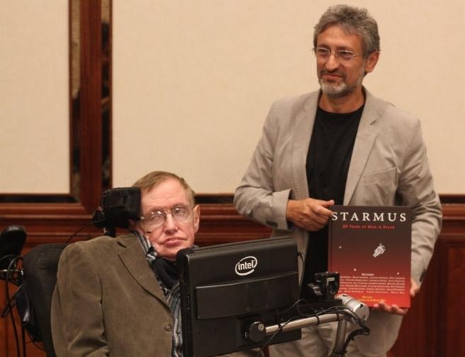 Stephen Hawking (i) y Garik Israelian, durante la presentación del...