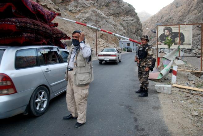 La entrada al valle del Panjshir, con vigilantes y policías en la...