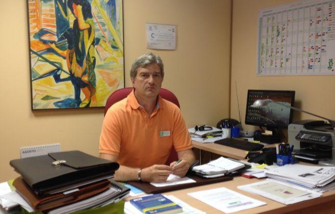 Un hombre sentado a la mesa en un despacho