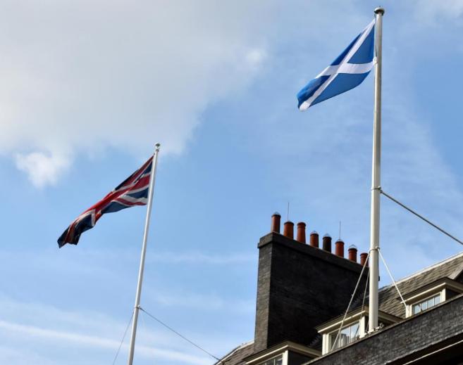 La Union Jack junto a la bandera escocesa en Downing Street, Londres.