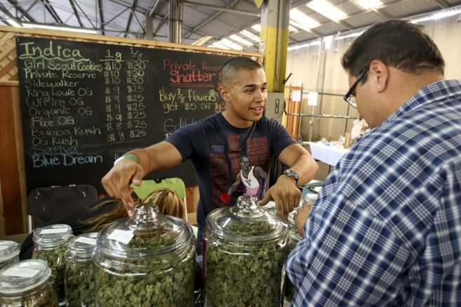 Grower Anthony Nguyen vende marihuana en un mercado de Los Ángeles.