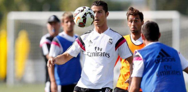 Cristiano entrena con sus compañeros.
