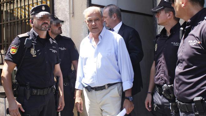 El ex consejero Ángel Ojeda, rodeado de policías, saliendo del...