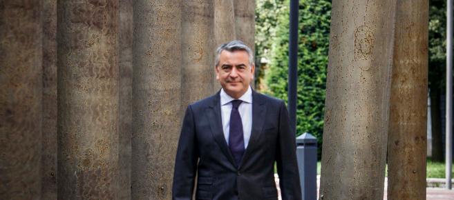 Javier De Andrés en los aledaños del Palacio foral en Vitoria.