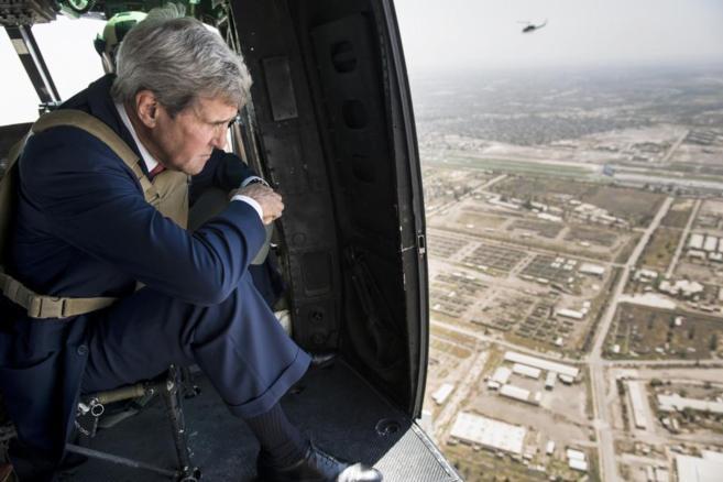 El secretario de Estado norteamericano contempla Bagdad desde un...