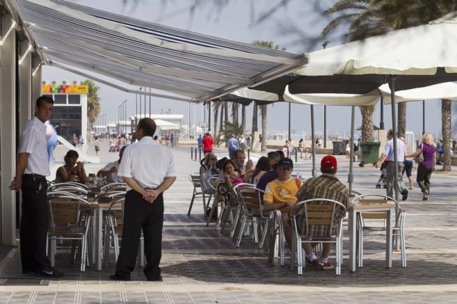 La terraza de un restaurante de la playa de La Malvarrosa en Valencia.