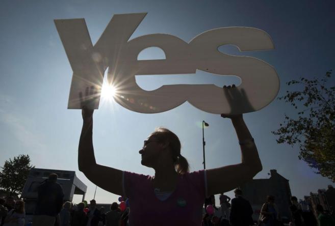 Una defensora del 'sí' a la independencia de Escocia, ayer,...