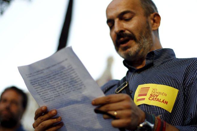 Eduardo Gómez, coordinador local de UPyD en Valencia, lee el...
