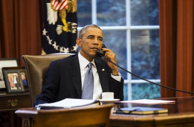 Barack Obama durante su conversación telefónica con el rey saudí,...