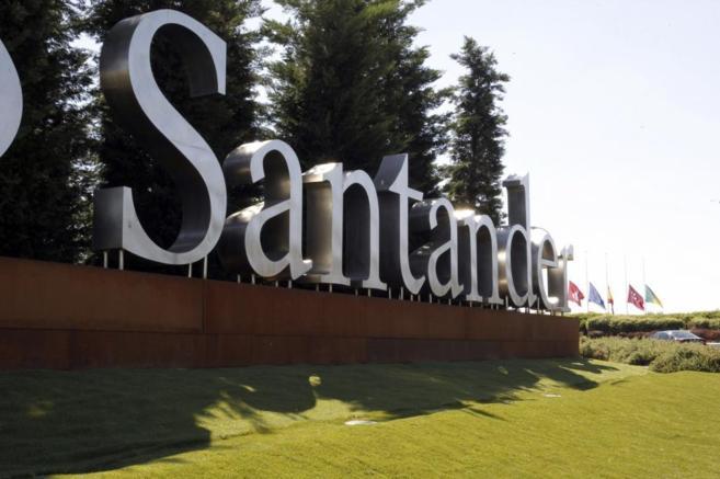 Banderas ondean a media asta en el Banco Santander