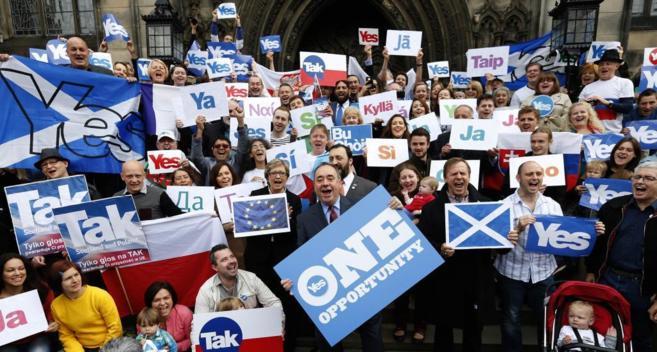 El primer ministro de Escocia, Alex Salmond, lleva carteles apoyando...