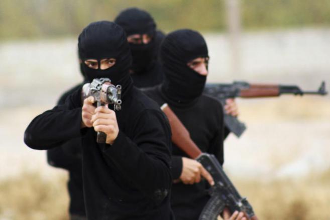 Milicianos de Ahram al Sham empuñan sus armas en Guta, cerca de...