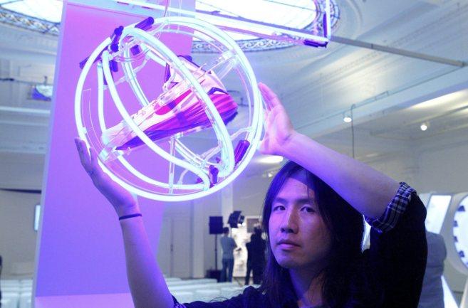 Leo Chang posa con sus Hyperdunk en un acto en Barcelona.