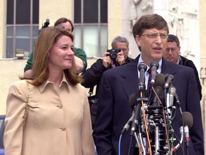 Imagen de archivo del presidente de Microsoft y su esposa hablando con...