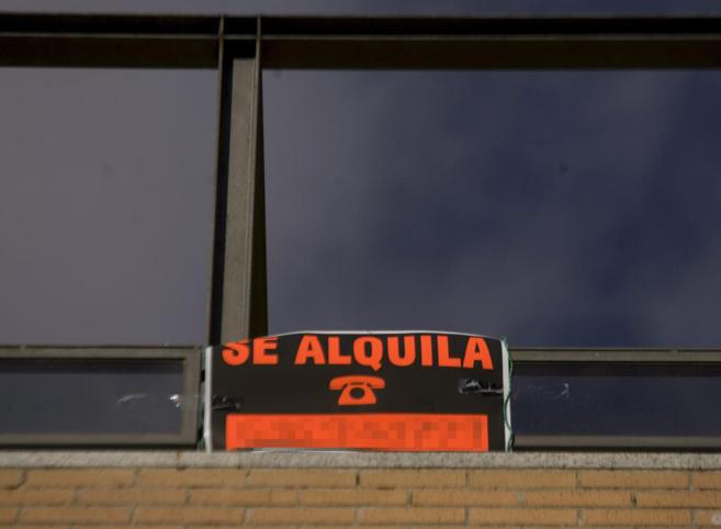 Cartel de 'se alquila' colgado en la fachada de una...