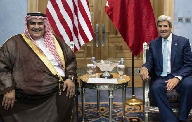 John Kerry (dcha.), junto al ministro de Exteriores de Bahrein, en el...