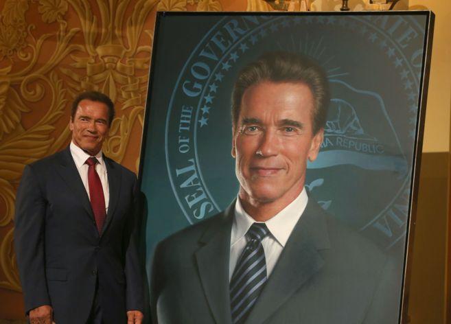 Schwarzenegger el lunes, con su retrato. En su solapa izquierda puede...