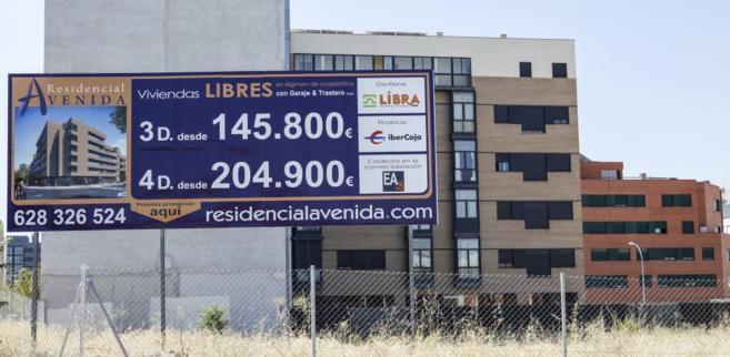 Un cartel publicita nuevas viviendas en venta en el Ensanche de...