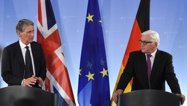 El ministro alemán de Exteriores, Steinmeier (derecha), junto a su...