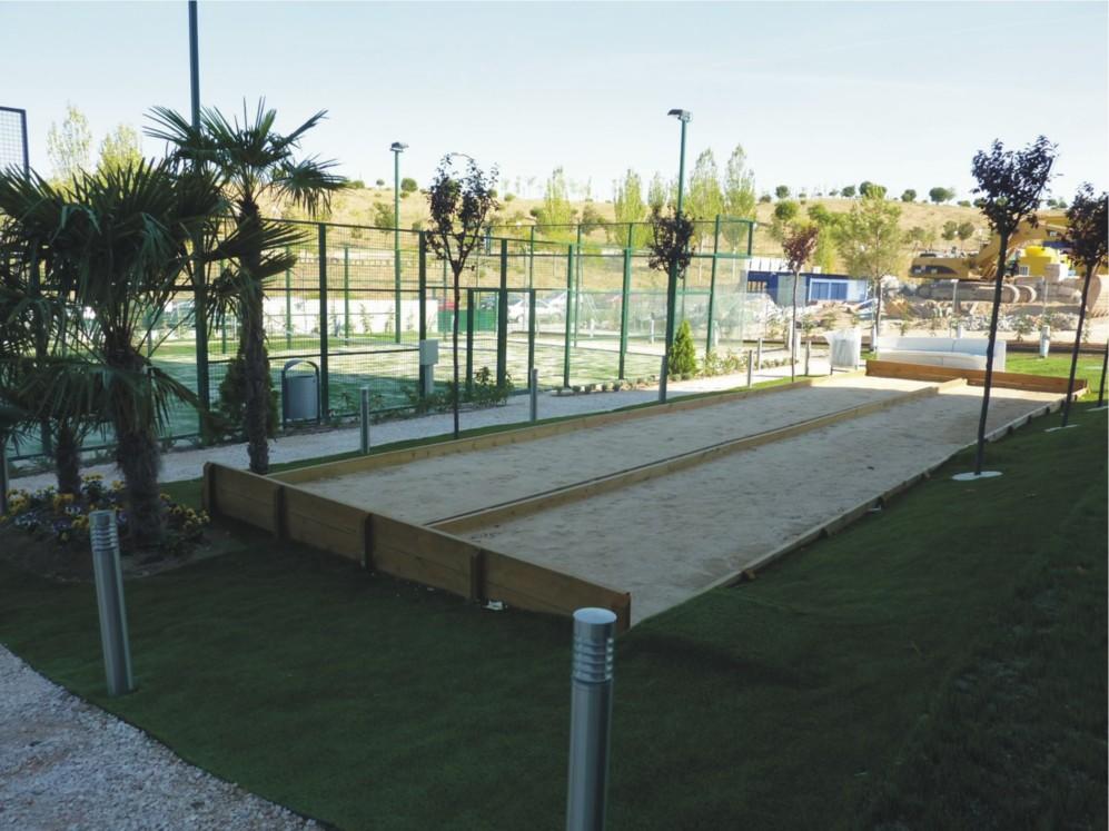 Campo de petanca en la promoción Villamagna, proyectada por Touza...