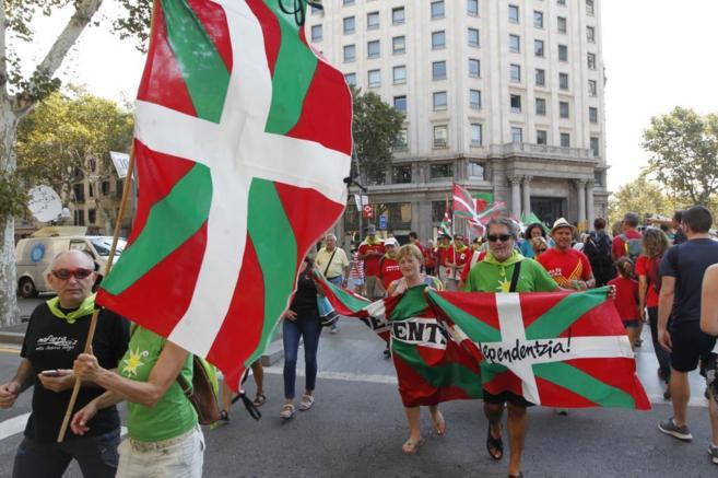 Grupos partidarios de la independencia por el centro de Barcelona.