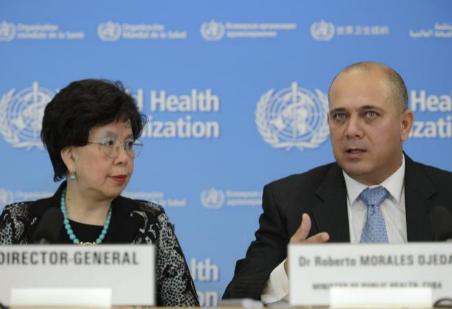 La directora general de la OMS y el ministro de Salud de Cuba en una...