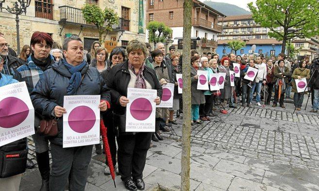 Una concentración de vecinos de la localidad vizcaína de Orozko,...