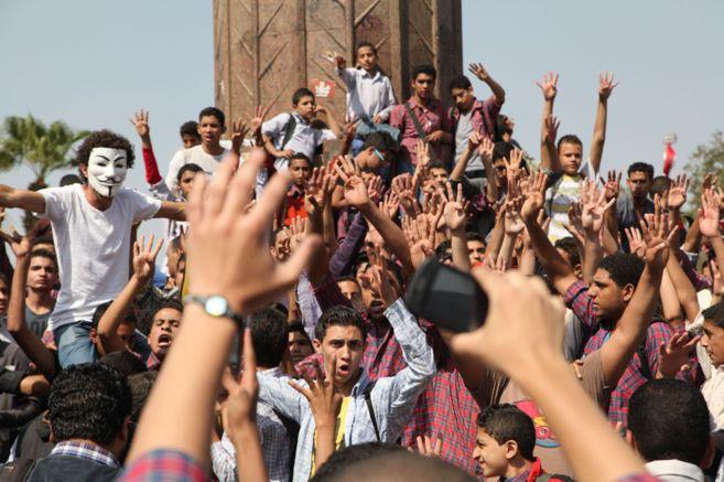 Un grupo de jóvenes participa en una manifestación islamista.