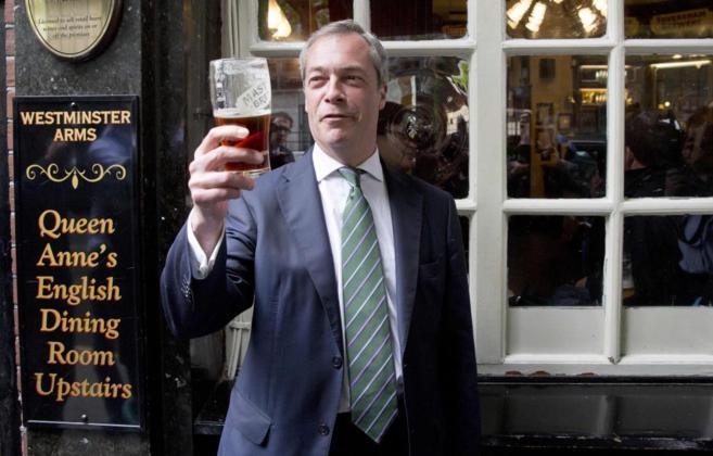 El líder del Ukip, Nigel Farage, con una pinta a las puertas de un...