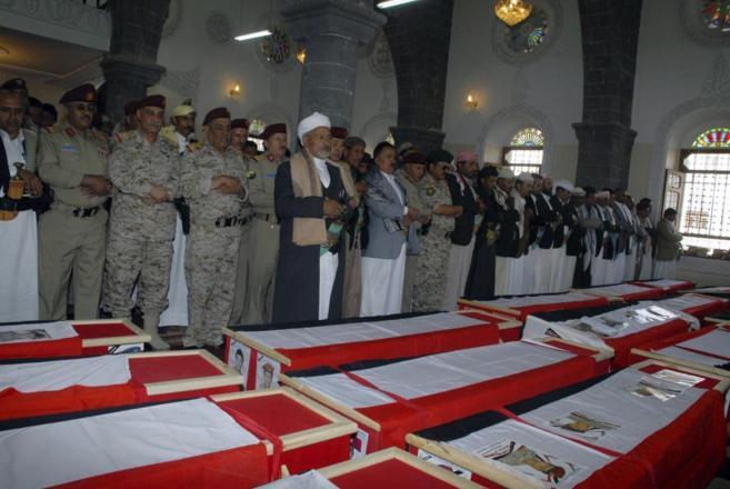 Funeral por 14 militares yemeníes muertos en enfrentamientos con Al...
