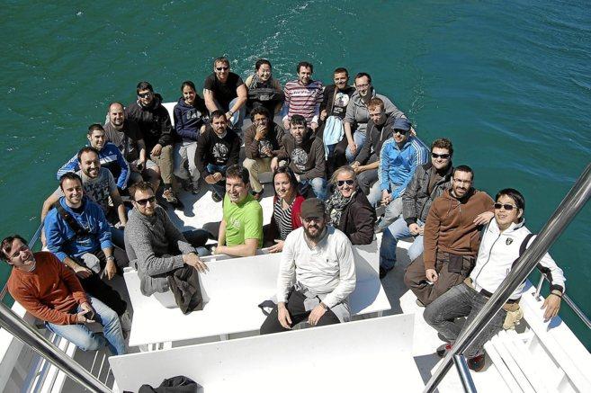 Parte del equipo de Igalia sobre un barco.