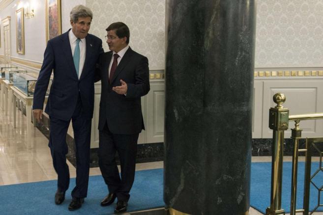 El primer ministro turco,  Ahmet Davutoglu, junto al secretario de...