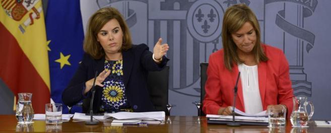 La vicepresidenta del Gobierno, Soraya Sáenz de Santamaría, y la...