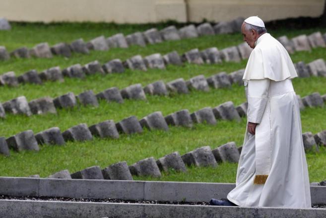 El Papa Francisco camina por el cementerio austro-húngaro de...