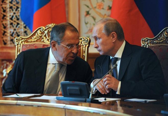 Lavrov (i) hablando con el presidente Putin (dcha)