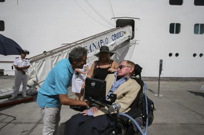 Stephen Hawking, a su llegada al puerto de Santa Cruz de Tenerife.
