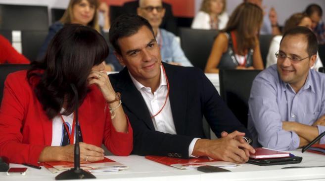 Pedro Sánchez junto a la presidenta, MIcaela Navarro, y César Luena.