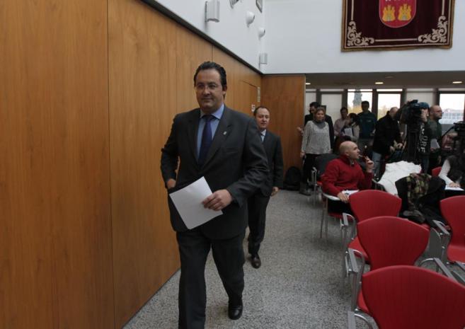 Jesús Gómez acudiendo a dar una rueda de prensa.