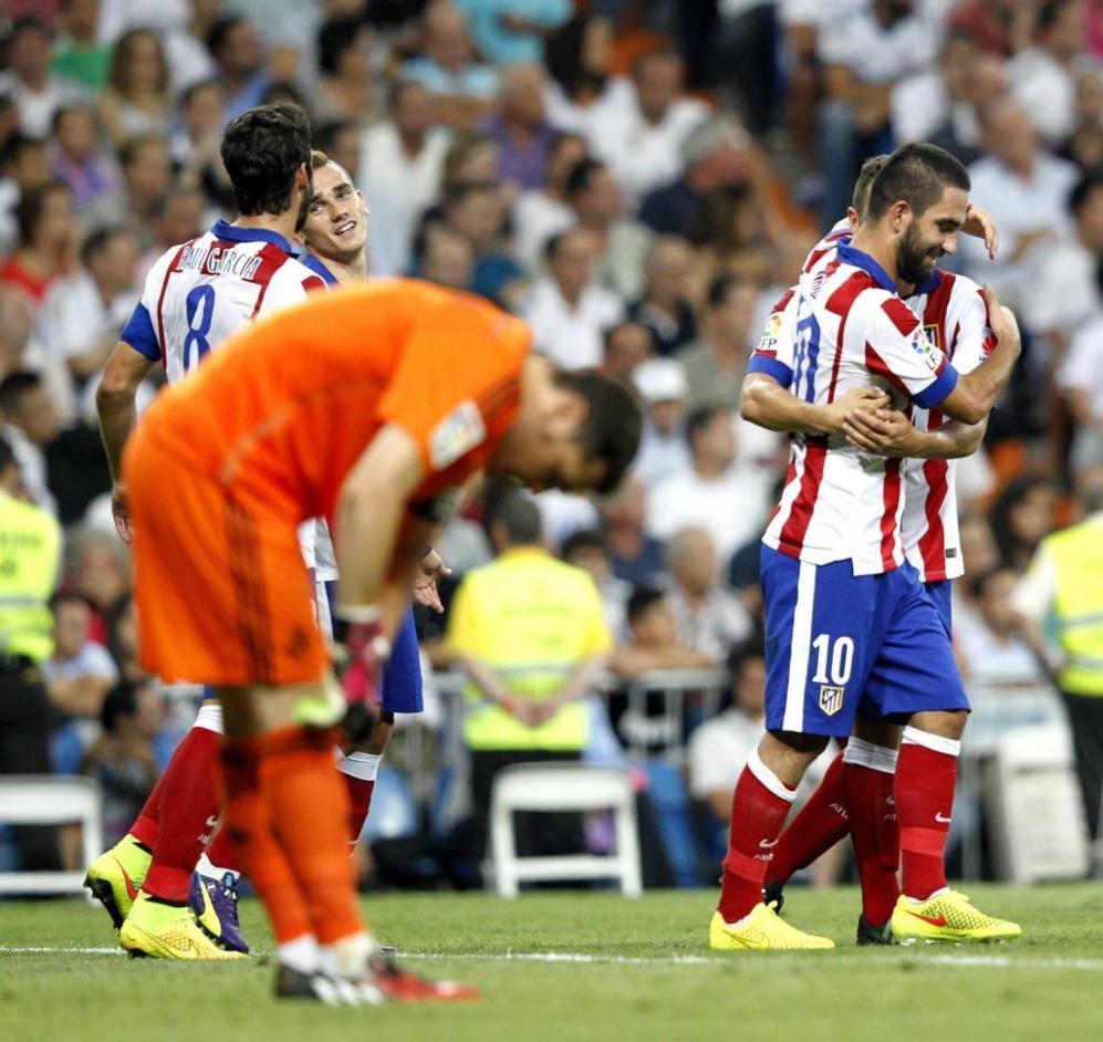 Arda Turan (d) celebra el gol de la victoria, con Casillas abatido.