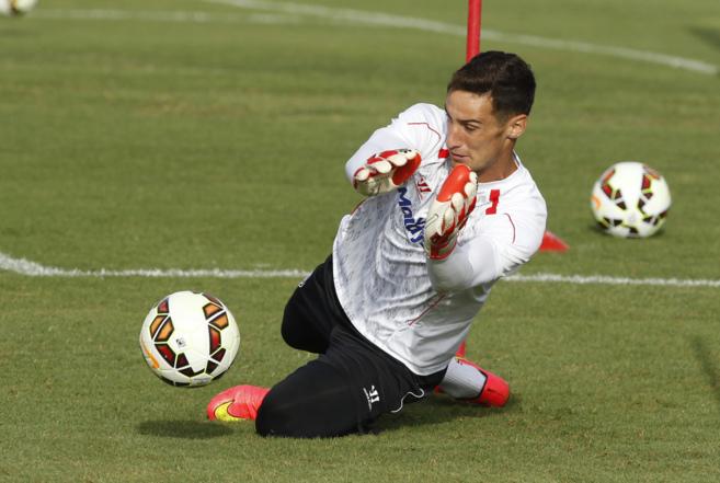 Sergio Rico detiene una pelota en un entrenamiento con el Sevilla.