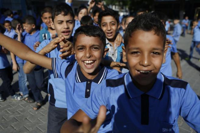 Un grupo de niños palestinos en la vuelta a clase este domingo