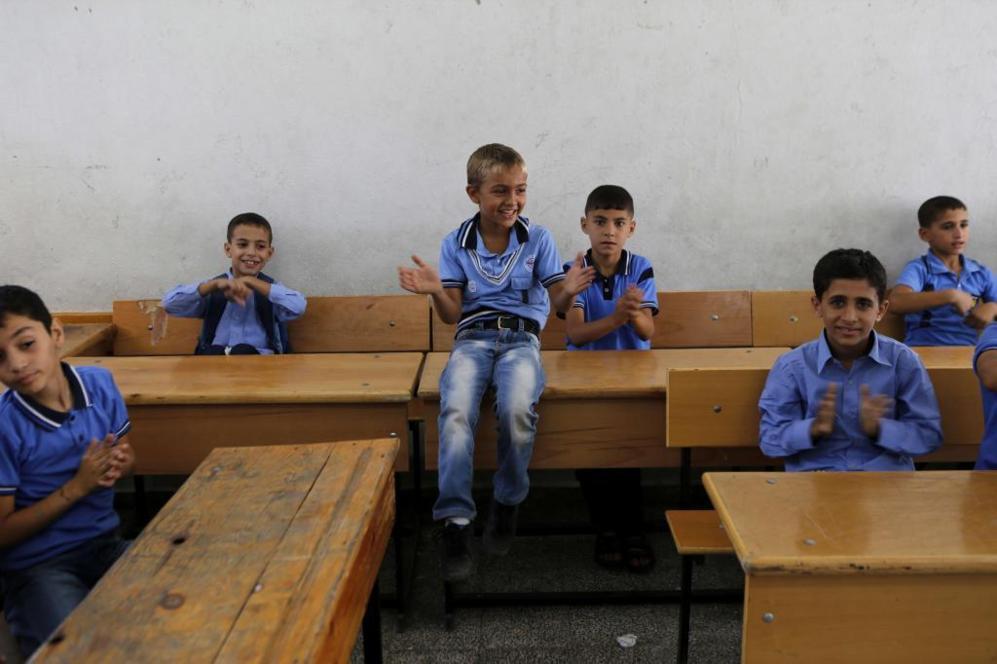 Un grupo de niños asiste ilusionado a su primer día de clase en la...